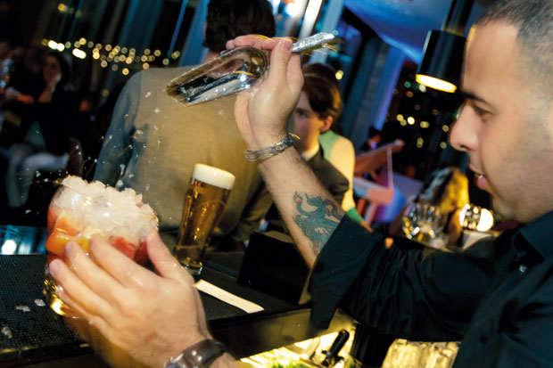 skylounge-amsterdam-barman